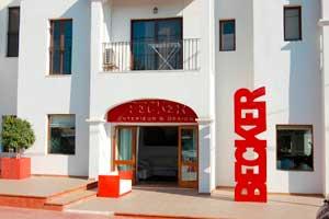 Ganz im spanischen Stil präsentiert sich die Filiale auf der Ferieninsel Ibiza, die sich auf Möbel und Lampen spezialisiert hat