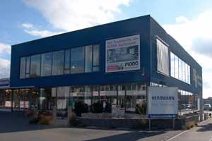 In Baiersdorf bei Erlangen bietet Hermann Fenster-Türen-Bodenbeläge dazu Bad und Heizung, Fliesen, Sanierung, Treppen, Kachelöfen, Garten, Montagen und Küchenfachberatung an - alles unter einem Dach.