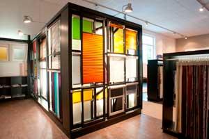 Das hinterleuchtete Sonnenstudio zeigt die Vielfalt von Rollos, Plissees, Vertikallamellen und Jalousien.