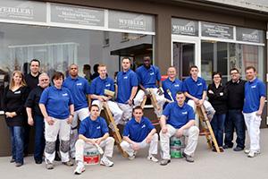 Heute arbeiten 30 Angestellte an zwei Standorten für Weibler – Die Maler und Raumausstatter. Der guten Zusammenarbeit zwischen Chef und Mitarbeitern ist es zu verdanken, dass inzwischen Umsätze in Höhe 1,3 Mio. EUR erzielt werden.