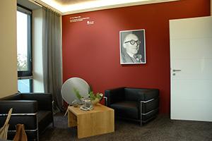 """Christian Neidl ist u.a. """"Meister der Farben"""" des Schweizer Herstellers KT. Color. Die Wand in seinem Büro wurde mit dessen Mineralfarben nach Le Corbusier gestaltet."""