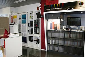 Im neuen Ladengeschäft von Huber Wohndesign gibt es ein Farbberatungscenter mit Visualisierung von Caparol.