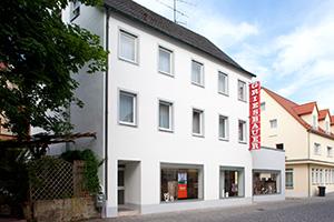 Nach der Neugestaltung der Fassade wirkt das Firmengebäude modern, hell und einladend.