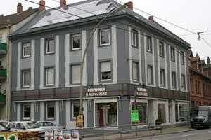 Das Geschäftshaus mit Laden liegt verkehrsgünstig im Stadtteil Handschuhsheim an der nördlichen Einfallstraße nach Heidelberg.