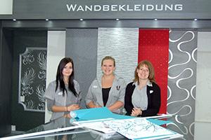 Shannice Srom, Abteilungsleiterin Jessica Armbrecht und Nadine Hönemann sind die Ansprechpartner in der Tapetenabteilung.