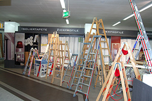 Auch Zierprofile und Malerwerkzeug bietet Scholz Raumgestaltung an.