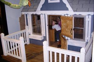 Eine Kinderecke als begehbares Haus gestaltet.  Wie im richtigen Leben auch sehen die Kinder fern.