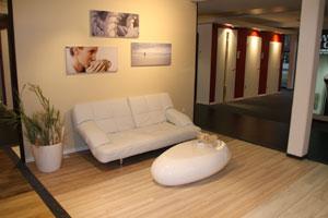 Die Ausstellung soll  dem Kunden einen Eindruck vermitteln, wie die Böden in einer eingerichteten Wohnung wirken.