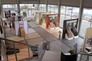 Der Blick vom Obergeschoss zeigt die ganze Bandbreite der ter Hürne-Ausstellung.