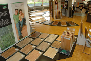 Die Ausstellung in der Zentrale in Neu Ulm zeigt das umfangreiche Sortiment und GPK Böden, die Eigenmarke von Carl Götz für den Bodenleger. Neu entwickelte das Großhandelsunternehmen dazu einen handlichen Musterkoffer mit Echtholzmustern für eine anschauliche Präsentation beim Kunden vor Ort