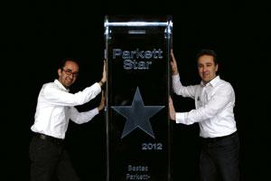 Die Vorschaltseite zur Homepage zeigt die Brüder Bauer stolz mit einem ihrer zahlreichen Preise, dem Parkett Star 2012 als bestes Fachgeschäft.