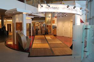Rechts vom Eingang betritt der Besucher ein Kompetenzzentrum mit Böden und Türen.